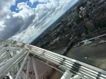 På väg mot toppen av London Eye utsikt över Themsen