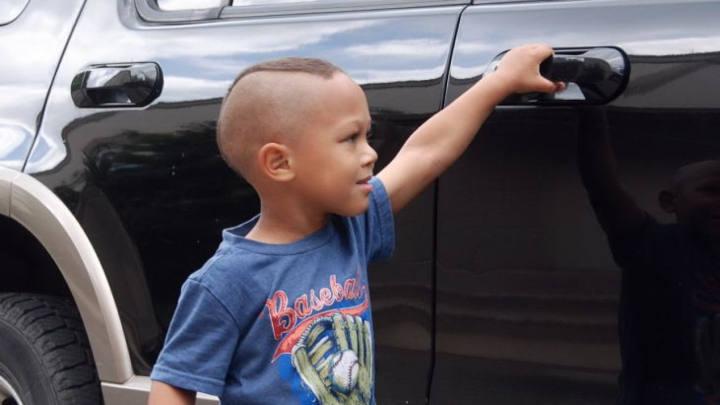 Criança a abrir a porta do Carro