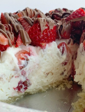 Strawberry Cream Pie | Pie Recipe | Strawberry Pie | Strawberry Cream Pie in a flaky pie crust, sweet creamy layer, fresh strawberries, and a milk chocolate drizzle. Easy to make and so delicious. #dessert #dessertrecipes #strawberry #strawberryrecipes #recipeoftheday