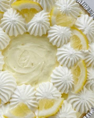 No Bake Pie | Lemon Pie | No Bake Lemon Pudding Pie has three layers of lemon pudding, fresh lemon juice, and homemade whipped cream! 5 minutes to make and only 5 ingredients. #nobakerecipes #nobakedesserts #lemonpie #lemonrecipes