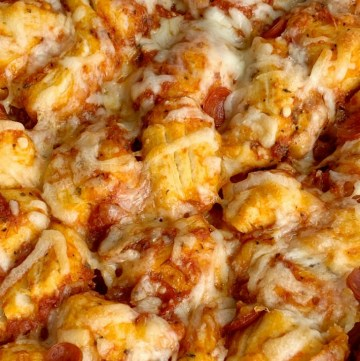 Pepperoni Pizza Biscuit Casserole | Pizza Casserole | Dinner | Pizza Casserole made with fluffy biscuits, pizza sauce, mini pepperoni, seasonings, and cheese! So easy to make and ready for dinner in just 30 minutes. #easyrecipes #dinner #dinnerrecipes #recipeoftheday #casseroles #pepperonipizza