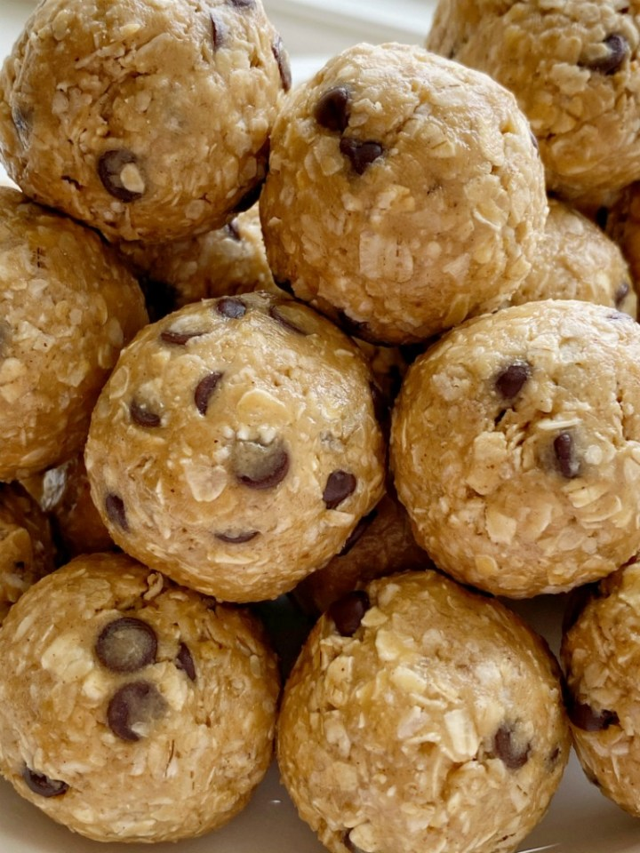 Energy Oatmeal Balls require only 4 ingredients! Quick oats, peanut butter, honey, and mini chocolate chips are all you need for these perfect snack-sized energy oatmeal balls.