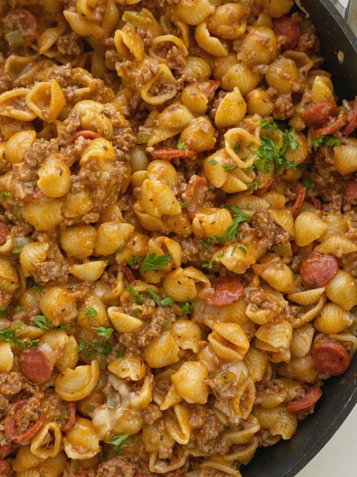 One Pot Pizza Pasta tastes like a pepperoni pizza but it's made in one pot! Ground beef, bell pepper, onion, pepperoni, small shell pasta simmer in a seasoned pizza sauce beef broth base. So cheesy and kid approved!
