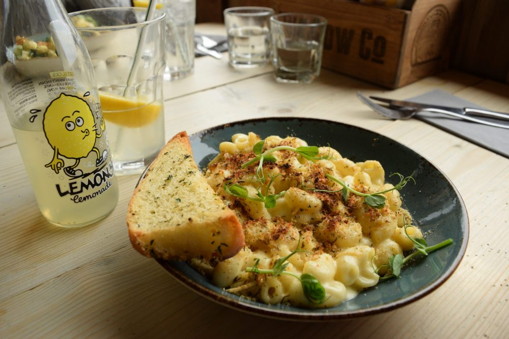 macaroni cheese with garlic bread