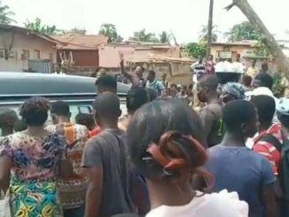Video Incroyable au Togo lame tourmentee dune femme morte de COVID 19 sacharne sur des policiers [Vidéo] Incroyable au Togo : l'âme tourmentée d'une femme morte de COVID-19 s'acharne sur des policiers