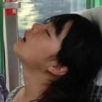 中国の交通機関での女の子の寝姿