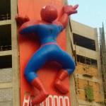 中国のビルにいる蜘蛛侠(スパイダーマン)