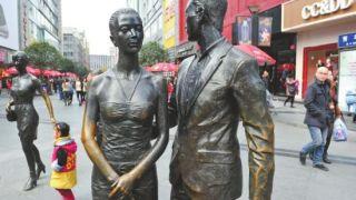 中国の街や公園のブロンズ像が部分的にキレイな訳は?