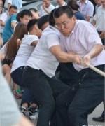 中国の綱引き大会には犬まで参加?
