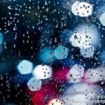 雨の窓越しに見える中国の裏側