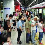 【祝!】中国の広州では大体の人が並んで地下鉄を待つようになってます。