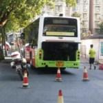 中国名物?エンコした路線バスをみんなで押します。