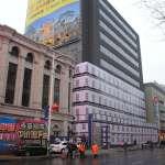 纸糊楼 ー 中国の建築現場の防護シートで中身をごまかす様子
