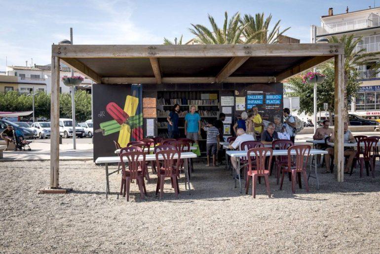 playa con biblioteca en Girona