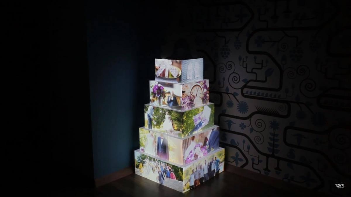 П'ятиярусний торт зі світлинами з пам'ятних моментів молодят