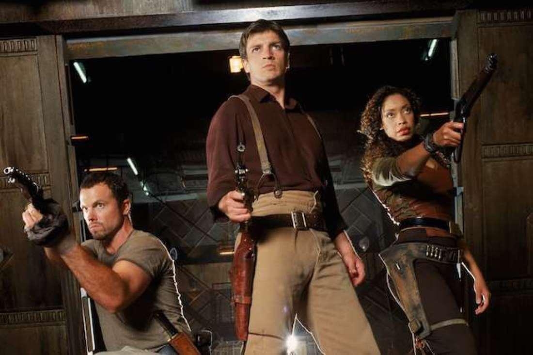 Кадр із серіалу «Світляк». Троє із зброєю вдираються до якогось приміщення.
