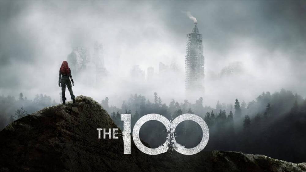 Атмосферна обкладинка до третього сезону серіалу «Сотня». Жінка стоїть на скелі на тлі затеманеного лісу.