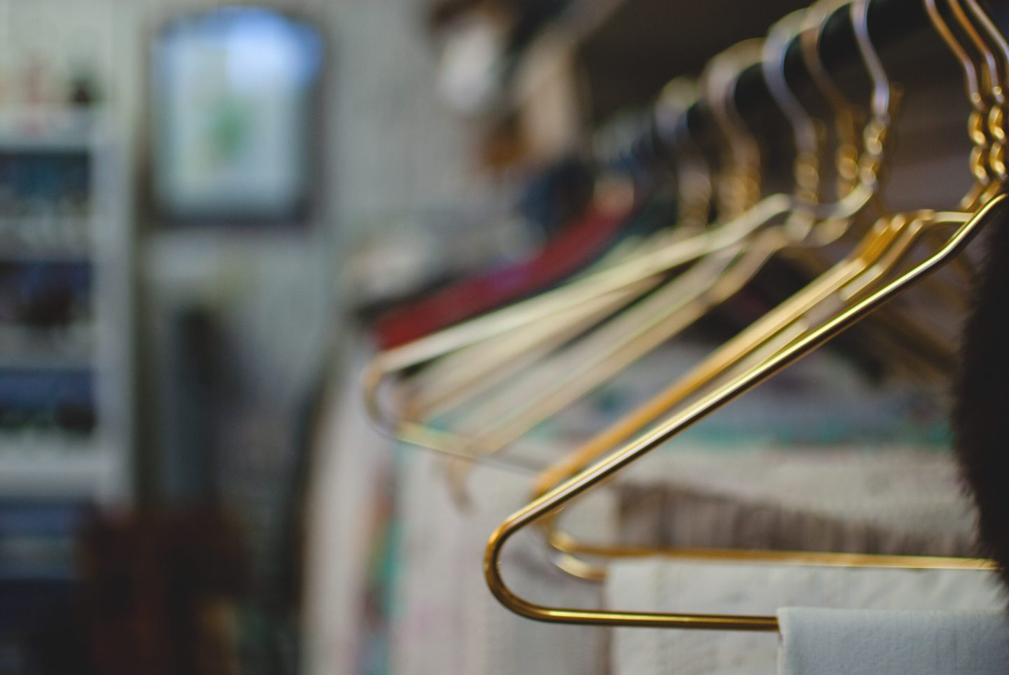 tokestakeonstyle-how-to-organize-your-closet-coordinated-hangers