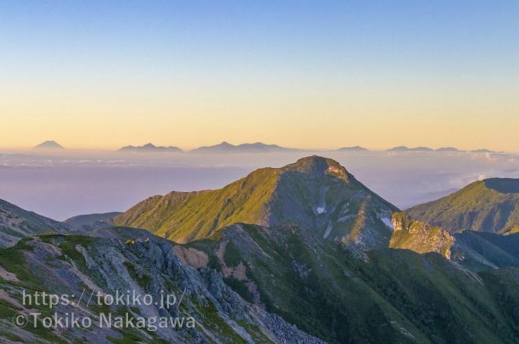 大天井岳山頂から見る早朝の常念岳・富士山・奥秩父