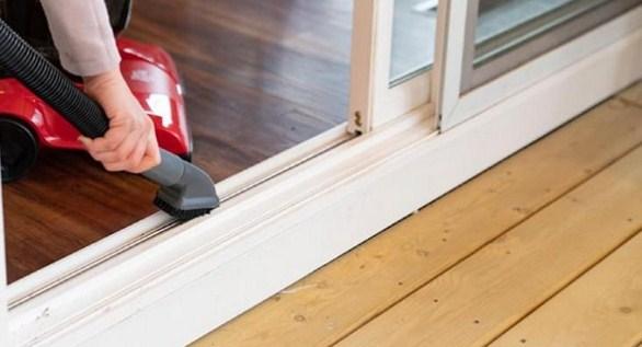 Gambar 1 – Membersihkan Pintu Partisi Geser dengan Vacuum