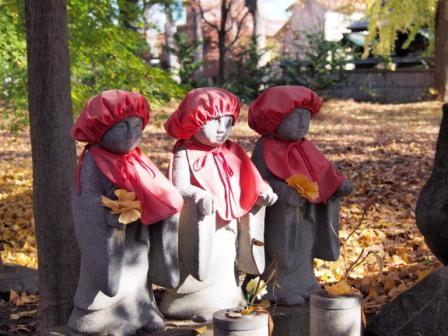 Three jizo statues and yellow leaves