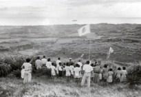 復帰の日、初日の出に向かって国旗を掲げ祝いました。