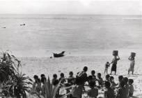 昭和29~30年頃のハキビナ海岸での光景です。沖にうっすらと沖縄の島影が見えます。 南太平洋のどこかの小さな楽園の現在の光景にも見えますね。