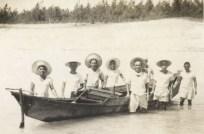 サバニを囲んで、真っ黒に日焼けし精悍な顔をした漁師達の群像です。後ろは大金久の浜でしょうか。
