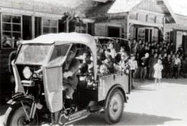 大勢の子供達が見守る中、初めて島にやってきた オート三輪車の荷に子供達を乗せて校庭を一周。(昭和13年10月 )