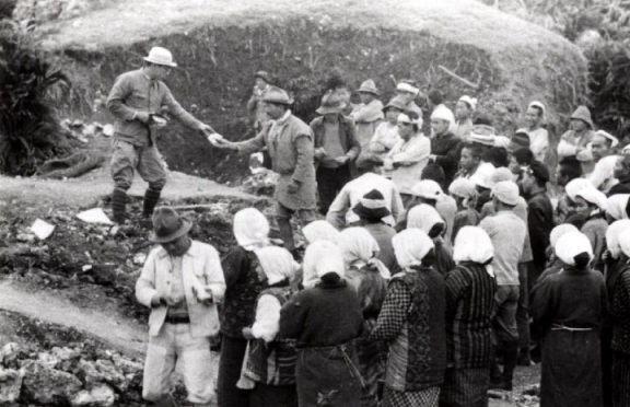 採掘人夫への賃金支払い情景。