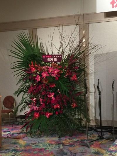 舞台横の長渕剛氏からの贈呈花のオブジェ