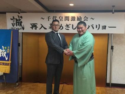 カザフスタンでの盛会大会を前に、激励に駆けつけた入来建武君とがっちり握手