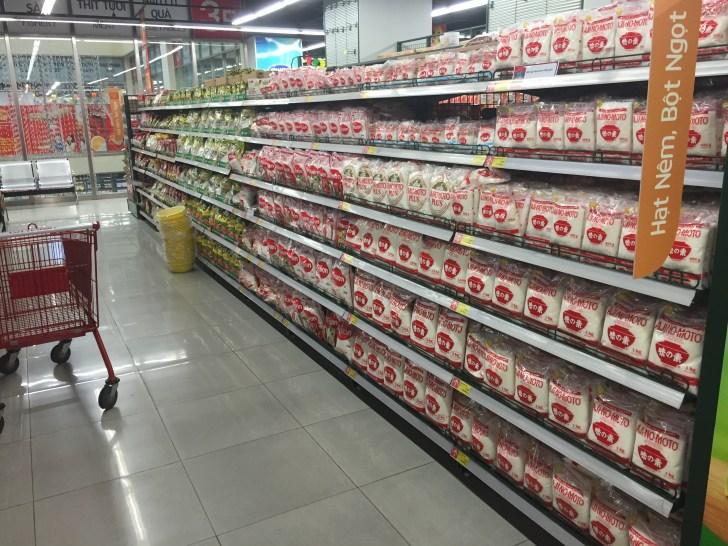 ベトナムのスーパー 味の素の棚
