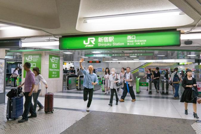新宿西口改札-4