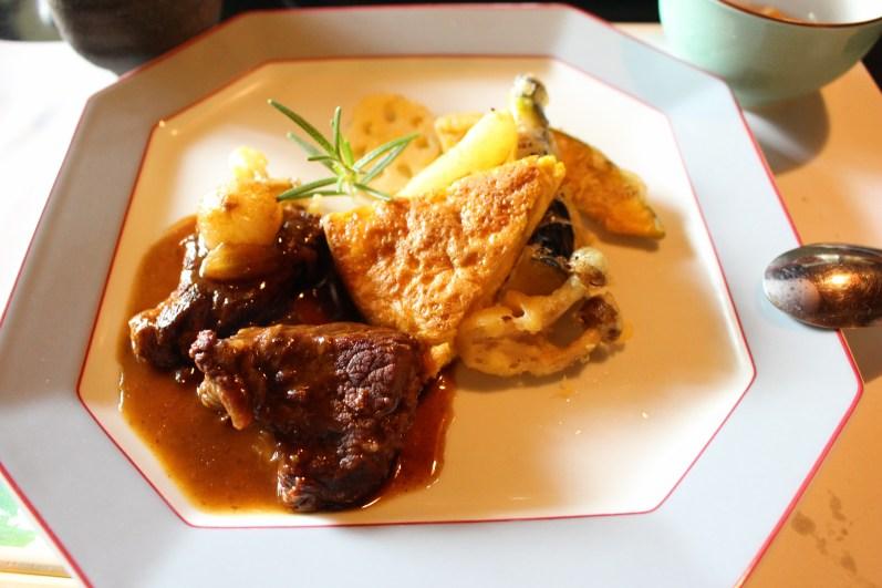 carne assada, omelete e legumes