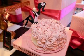 ロマンティックな花嫁のように ピンクドレスのストロベリーシフォンケーキ