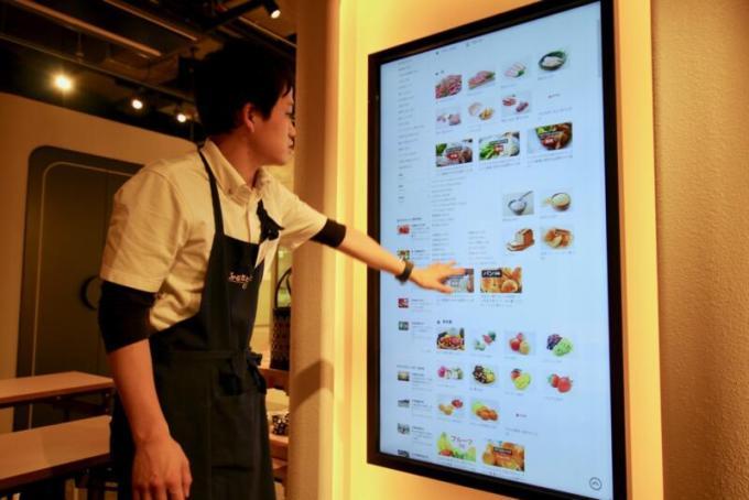 タッチパネルを自在に操るふるさとチョイスCafe店長の伊藤さん