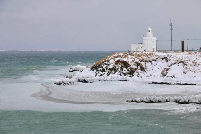 納沙布岬灯台と歯舞群島