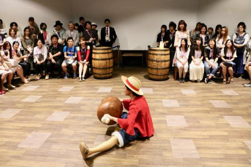 東京ワンピースタワー「ピーストレイル~冒険者と奇跡の泉~」お肉を頬張るルフィ