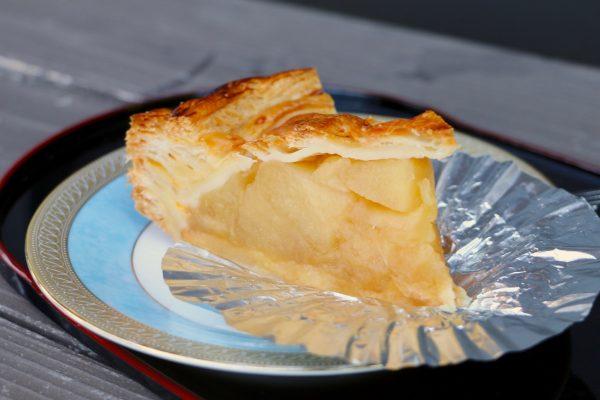 「自家製アップルパイ」(1ピース 税込み 300円)は、農園で採れたりんご(フジ)の甘みを存分に味わえる一品
