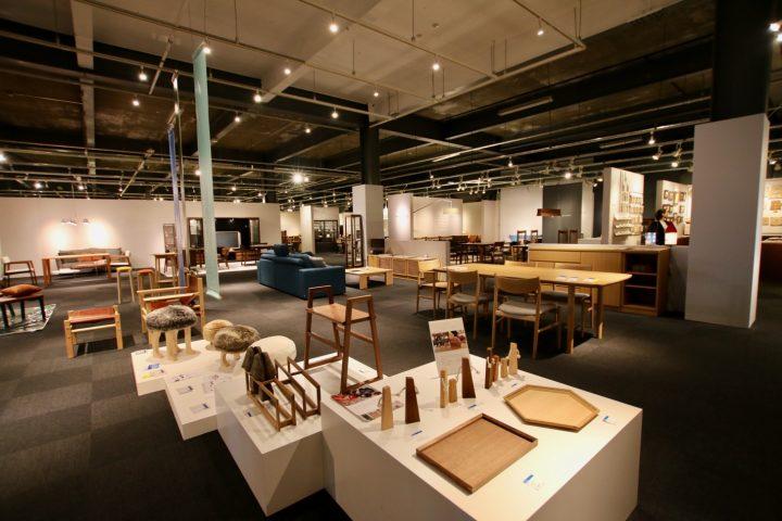 ダイニングテーブルや椅子、ソファ、ベッドなどライフスタイルに合わせたさまざまな家具。良質な旭川の木材の温もりが感じられる、デザイン性の高い製品が豊富に揃っています