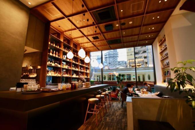 eightdays cafe(エイトデイズカフェ)バーカウンターからは東京さくらトラム