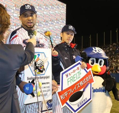 Ogawa helps the penguin by holding his ladle-mic for him.