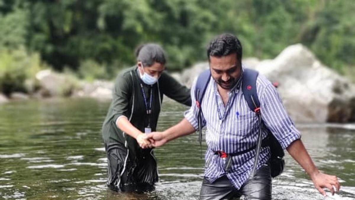 Kerala: Health workers cross river to provide Covid assistance to village - Coronavirus Outbreak News