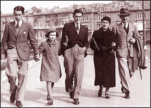 Familia Tolkien la plimbare, pe străzile Londrei (1940)