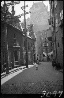 Quebec City, P.Q., Clothes hanging out to dry. 1930 Clifford M. Johnston / Bibliothèque et Archives Canada / PA-056388 Rue du Cul de Sac