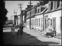 Houses near Wolfe's Cove, Quebec City, P.Q. 1932 Clifford M. Johnston / Bibliothèque et Archives Canada / PA-056558. Maisons près de l'Anse au Foulon