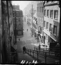 Quebec City, P.Q. 1933 Clifford M. Johnston / Bibliothèque et Archives Canada / PA-056850 Rue du Petit-Champlain. Escalier casse-cou.