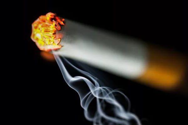 Сильный любовный приворот на сигарету с кровью, как действует и последствия