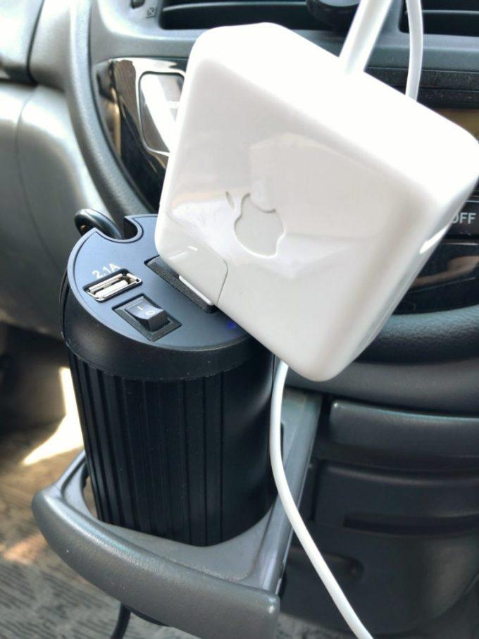 AUKEYカーインバーターでMacBookを充電する